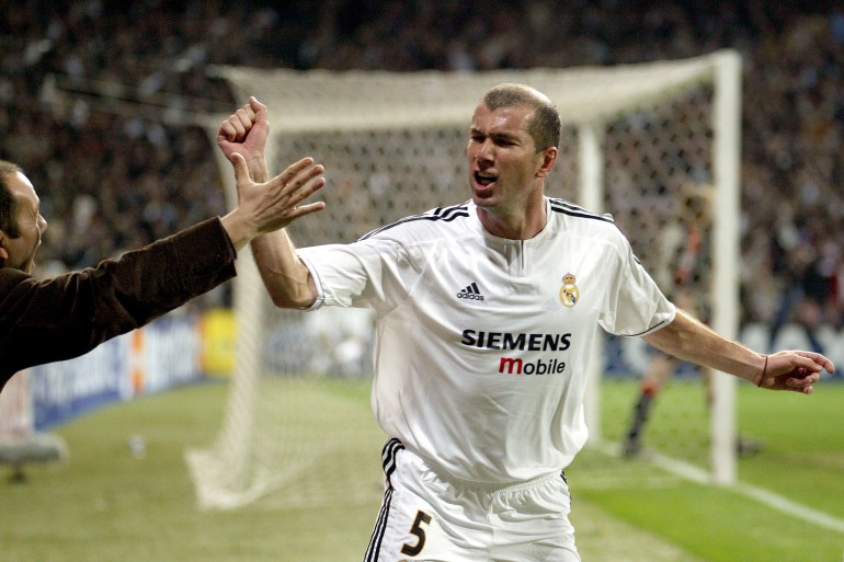زيدان من أبرز نجوم ريال مدريد حين كان لاعبا ثم عندما أصبح مدربا (رويترز)