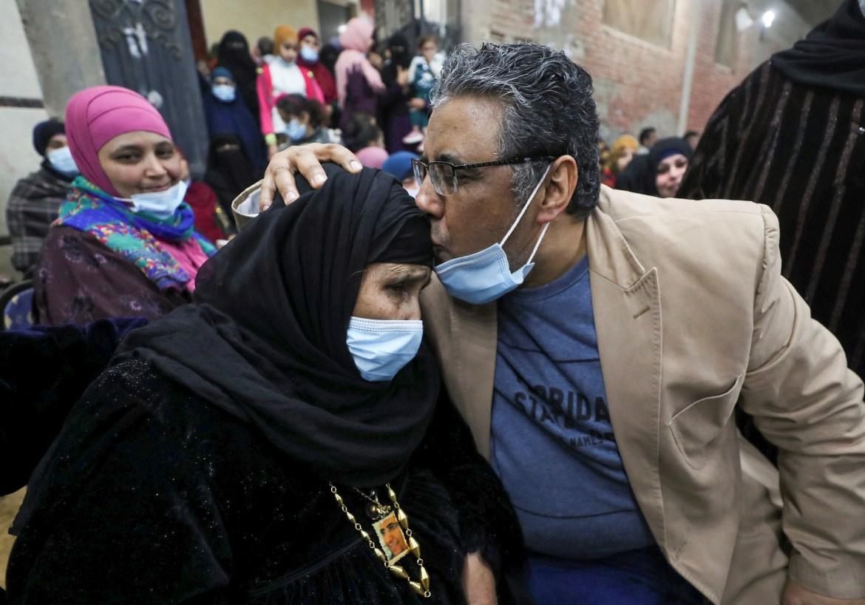 قبلة على رأس الأم بعد طول احتجاز (رويترز)