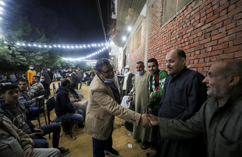 أهالي قرية زاوية أبو مسلم التابعة لمركز أبو النمرس بمحافظة الجيزة، يحتفلون بالإفراج عن محمود (رويترز)