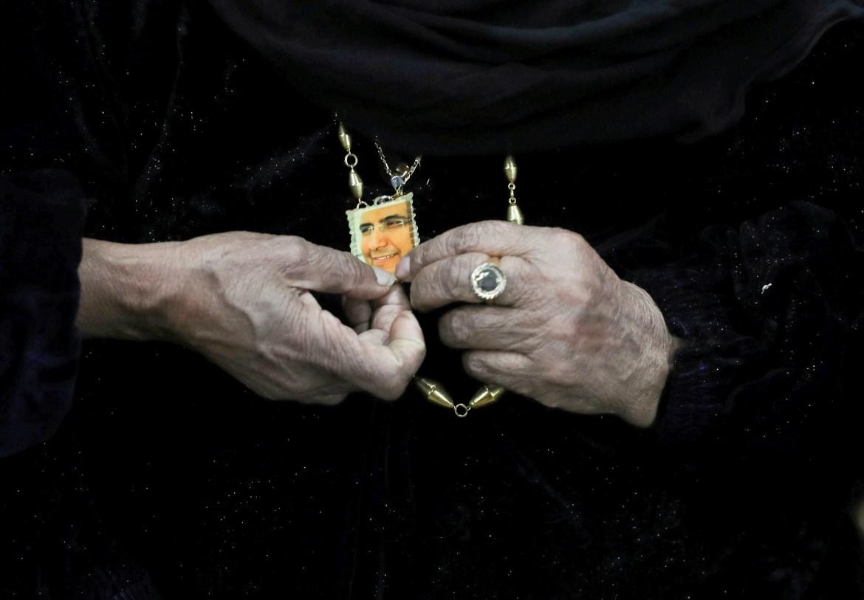 أم محمود وضعت صورته واسطة عقدها لتخفف من لوعة غيابه أثناء سنوات السجن (رويترز)