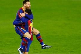 ميسي يحتفل بسعادة كبيرة بهدفه لبرشلونة بعد نزوله الملعب بدقيقتين فقط (رويترز)