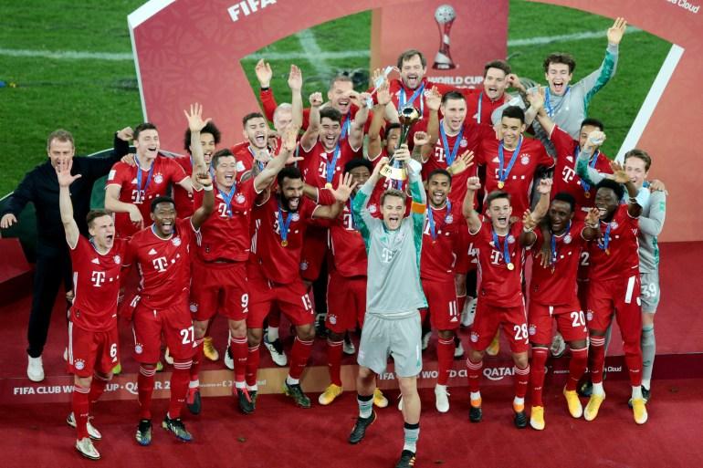 القائد نوير يرفع كأس العالم للأندية وخلفه فريق بايرن ميونخ (رويترز)