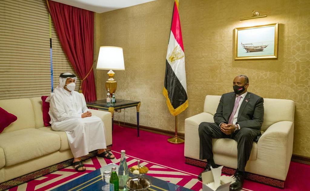الدوحة.. وزير الخارجية القطري يلتقي رئيس مجلس السيادة السوداني