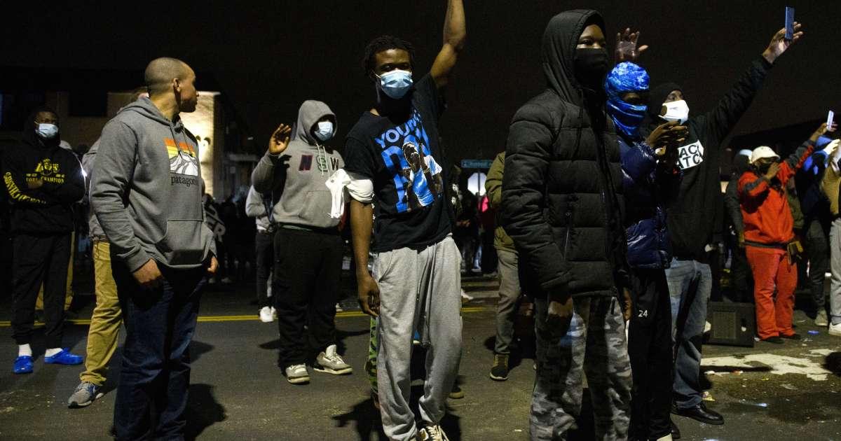 بعد مخالفة مرورية.. احتجاجات على مقتل شاب أسود برصاص الشرطة الأميركية