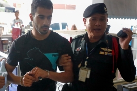 epa07222815 Bahraini soccer player with Australian refugee status Hakeem Al-Araibi (L) is escorted into the Criminal Court by authorities in Bangkok, Thailand, 11 December 2018. The Thai criminal court on 11 December 2018 started an extradition hearing to decide whether or not to extradite Al-Araibi on Bahrain's request. Al-Araibi a former Bahrain's national soccer player was detained by Thai authorities in late November 2018. Hakeem Al-Araibi fled to Australia from Bahrain in 2014, claiming that he was tortured after he was arrested an alleged vandalism act. EPA-EFE/DIEGO AZUBEL EPA-EFE/DIEGO AZUBEL (وكالة الأنباء الأوروبية)