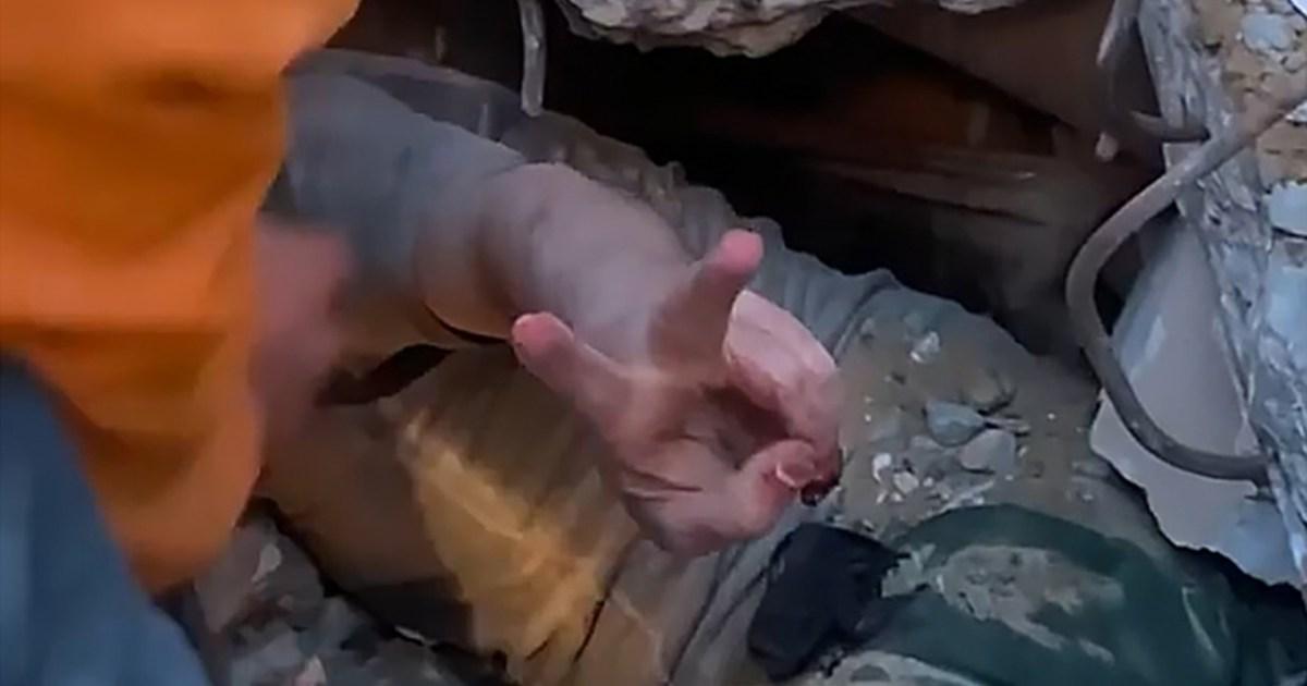 6 ساعات بين الركام.. شاهد- شاب فلسطيني يرفع شارة النصر من تحت الأنقاض في غزة