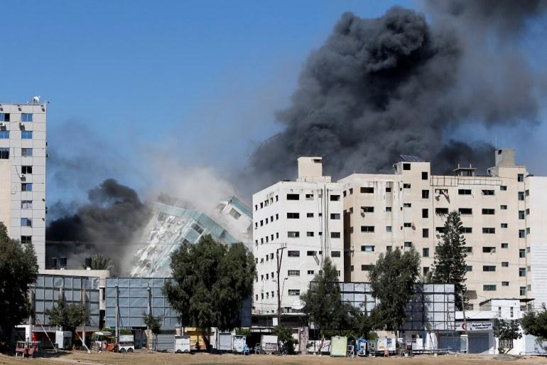 لحظة انهيار برج الجلاء الذي يضم مكتب الجزيرة عقب غارات إسرائيلية (رويترز)