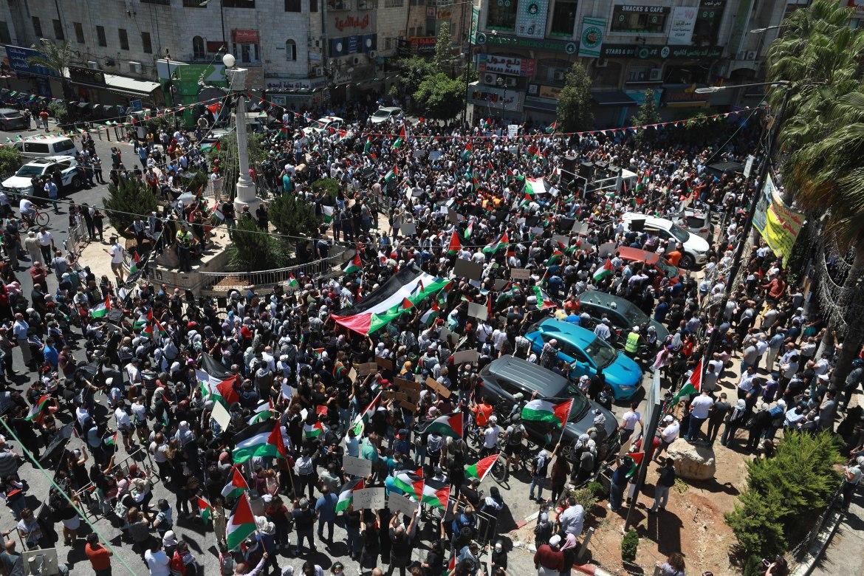 تجمّع حاشد لمحتجين فلسطينيين في مدينة رام الله خلال الإضراب، حيث تعالت الهتافات المنددة بالعدوان الإسرائيلي على غزة والقدس (الأناضول)