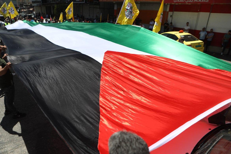 العلَم الفلسطيني راية الرايات التي يستظل بها الفلسطينيون على مختلف مشاربهم وكان الراية الأبرز في الإضراب الذي عمّ كافة مناطق فلسطين التاريخية (الأناضول)