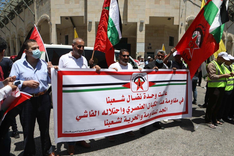 جانب من مسيرة حاشدة لنصرة غزة والقدس في مدينة الخليل بالضفة الغربية المحتلة على وقع إضراب الكرامة (الأناضول)