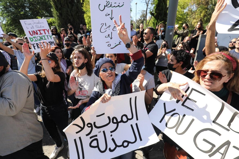 جانب من اللافتات التي رفعها المتظاهرون في حي الشيخ جراح يوم الإضراب تؤكد وحدة الشعب الفلسطيني الذي يفضل الموت على المذلة (الأناضول)