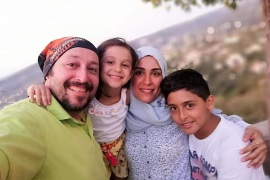 الأب طارق شاتيلا وعد أطفاله بأن يوفر لهم ملابس العيد (الجزيرة)