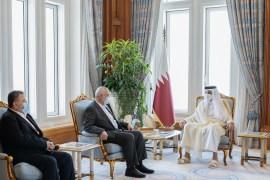 الشيخ تميم بن حمد آل ثاني (يمين) خلال استقباله إسماعيل هنية والوفد المرافق (الصحافة القطرية)