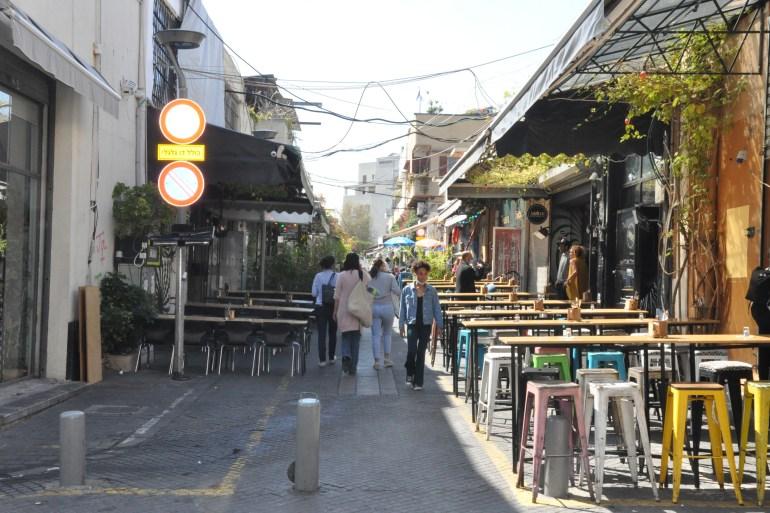 تراجع الحركة التجارية وسوق العمل بالمقاهي والمطاعم في منطقة تل أبيب ويافا بسبب إطلاق الصواريخ (الجزيرة)
