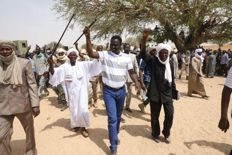 مني مناوي أثناء زيارته معسكرات لاجئي دارفور بشرق تشاد في فبراير/شباط 2020 (الجزيرة نت)