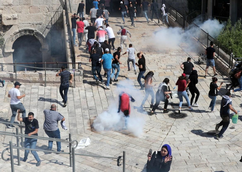 اشتباك بين متظاهرين فلسطينيين وقوات الاحتلال في البلدة القديمة بالقدس المحتلة خلال الإضراب (رويترز)