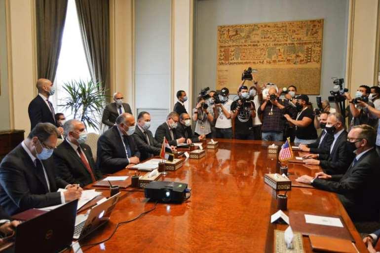 وزيرا الخارجية والموارد المائية المصريان (يسار) التقيا المبعوث الأميركي للقرن الأفريقي لمناقشة ملف سد النهضة (الخارجية المصرية)