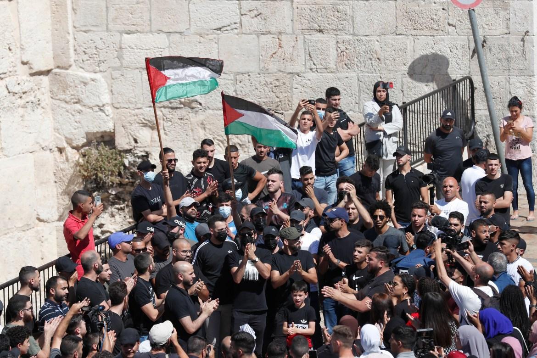 متظاهرون فلسطينيون عند بوابة دمشق التاريخية في المدينة القديمة بالقدس، خلال مظاهرة بعد الإضراب العام في القدس المحتلة (الأوروبية)
