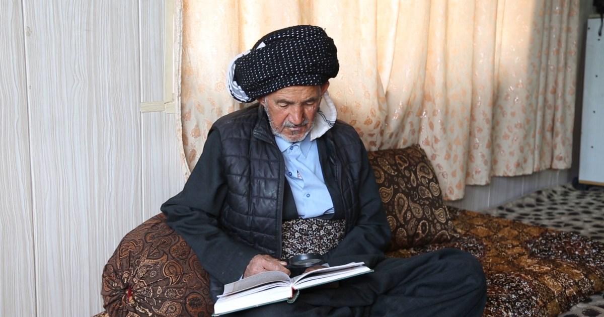 شاهد- يملك ذاكرة قوية ويعرف أماكن الدول على الخارطة.. هكذا حقق مسن عراقي حلم حياته بتعلم القراءة والكتابة