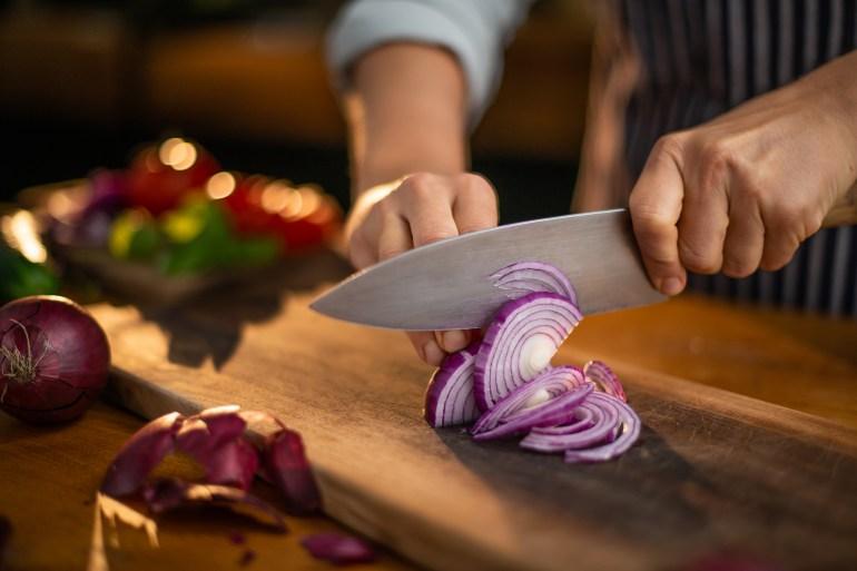 تقوم السكين الحادة بتقليل إطلاق المواد الكيميائية المهيّجة (شترستوك)