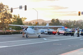 الطائرة بعد اضطرارها للهبوط وسط الطريق العام في لوس أنجلوس (مواقع التواصل)
