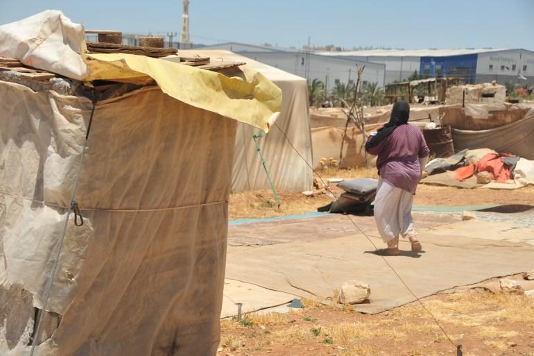 أم طارق أمام خيمتها بمنطقة سوق الخضار المركزي شرق العاصمة الأردنية عمان (الجزيرة نت)
