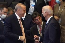 لحظة توجه بايدن لتحية أردوغان (مواقع التواصل)