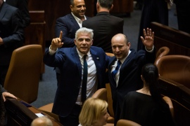 بينيت (يمين) الذي سيرأس الحكومة الإسرائيلية بالتناوب مع لبيد (وسط) (غيتي)