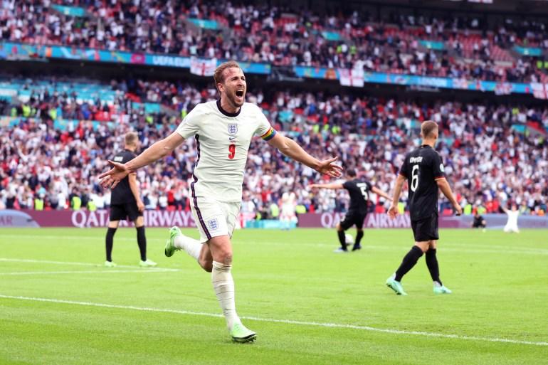 كين يحتفل بعد تسجيله الهدف الثاني لإنجلترا (غيتي)