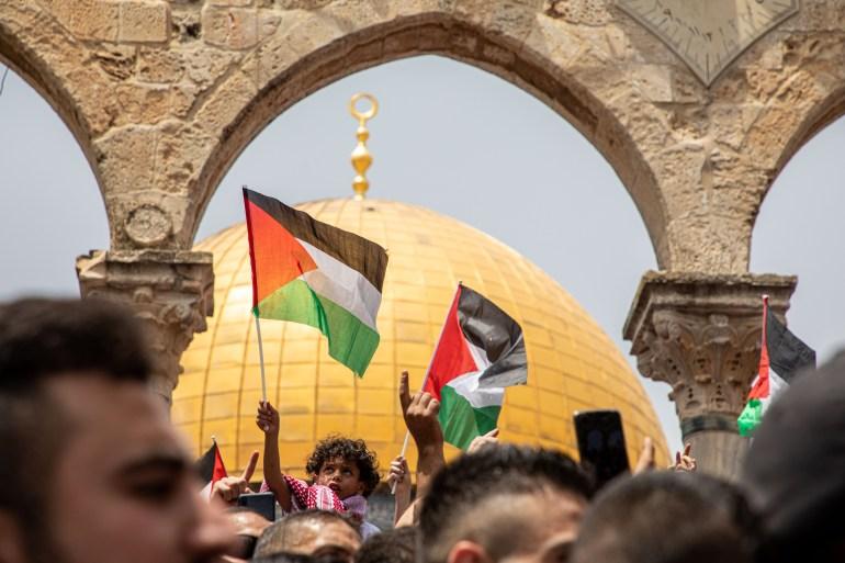 العلم الفلسطيني مرفوعا في ساحات المسجد الأقصى (الأناضول-أرشيف)