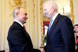 الرئيس الأميركي جو بايدن (يمين) ونظيره الروسي فلاديمير بوتين في أول قمة جمعت بينهما تلقيا الهدية ذاتها من الرئيس السويسري (الأناضول)
