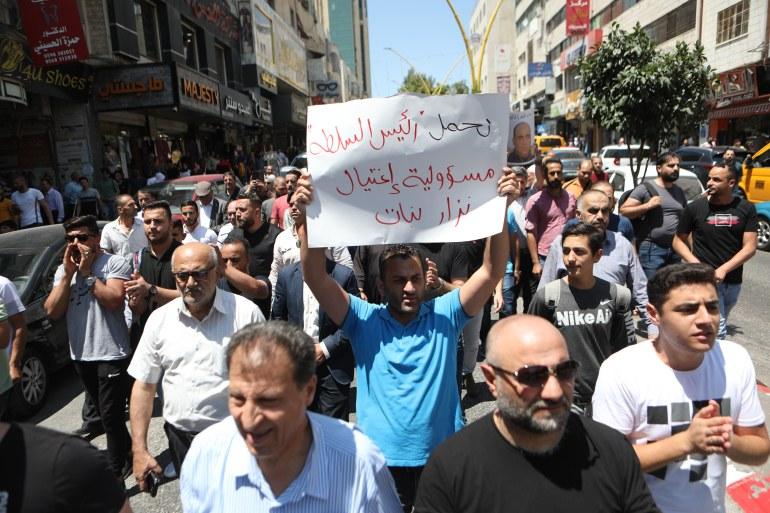 مدن الضفة تشهد احتجاجات منددة بوفاة المعارض نزار بنات وبممارسات أجهزة الأمن الفلسطينية (الأناضول)