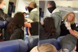 مضيفة الطيران بعد تلقيها اللكمة من المسافرة الأميركية التي رفضت وضع حزام الأمان (مواقع التواصل)