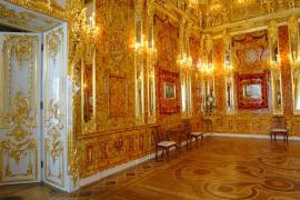 نموذج حديث يحاكي غرفة العنبر الأصلية في مدينة سان بطرسبورغ اكتمل بناؤه عام 2003 (رويترز)