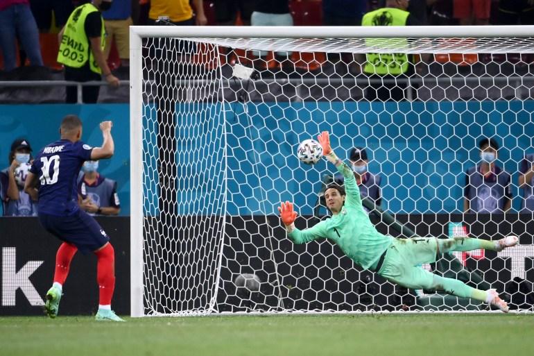 مبابي أهدر آخر ركلة ترجيح ومنح منتخب سويسرا بطاقة التأهل للدور ربع النهائي (غيتي)