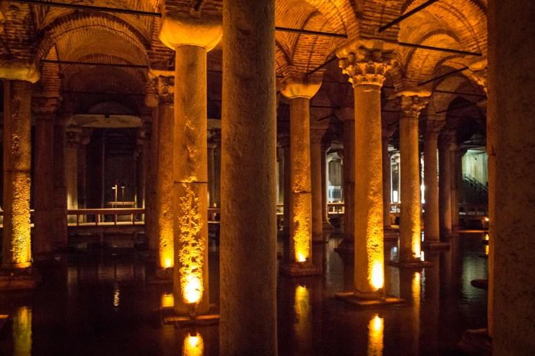 صهريج البازيليك يعود تاريخه إلى القرن السادس الميلادي وهو أكبر خزان أرضي من مئات الصهاريج القديمة الواقعة تحت مدينة إسطنبول (غيتي)