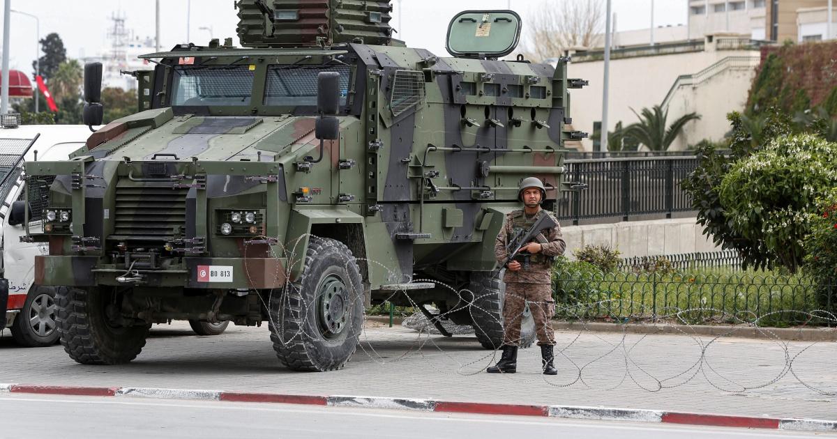 الجيش التونسي يغلق البرلمان ويمنع النواب من دخوله