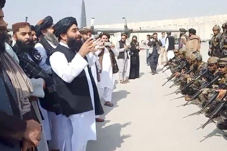 قادة من حركة طالبان قبل أيام في مطار كابل (رويترز)