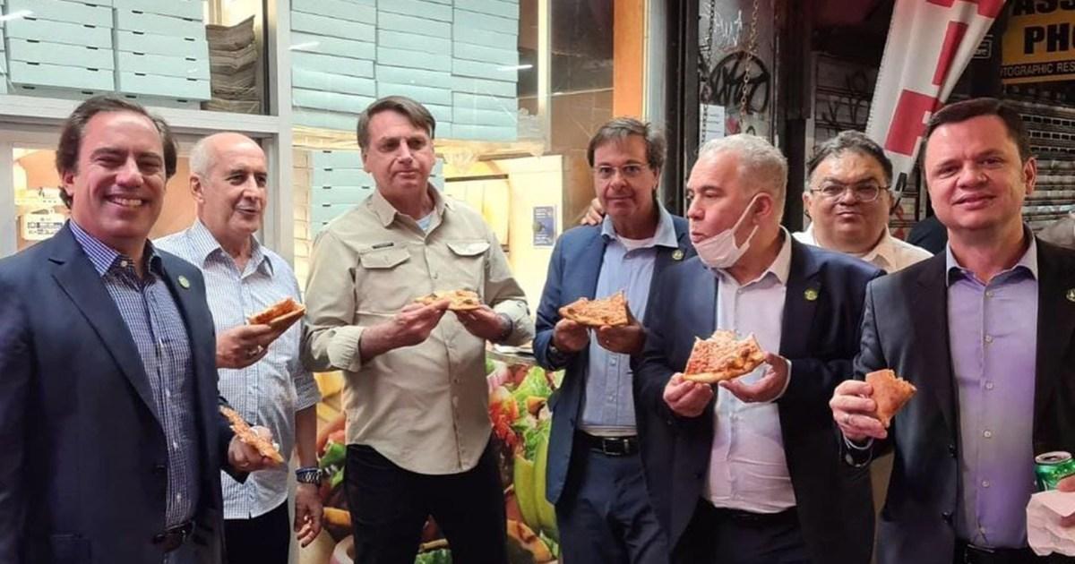 بسبب عدم تلقيه اللقاح.. مطعم أميركي يجبر الرئيس البرازيلي على أكل البيتزا في الشارع