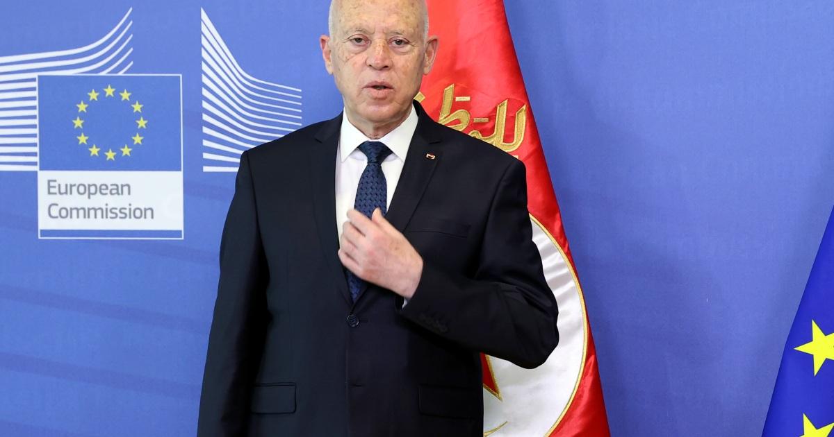 إيكونوميست: الحكم في تونس صار مركزيا بقيادة أكاديمي لا خبرة له ولا يملك حلولا اقتصادية