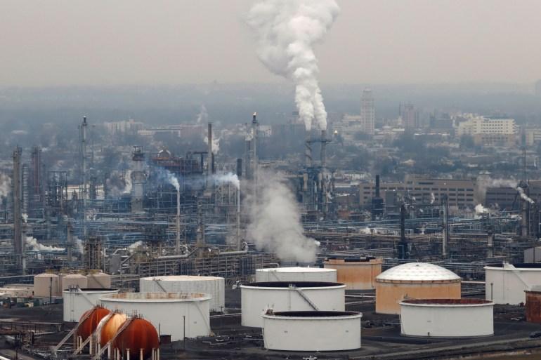 سوق النفط تعرضت لضغوط شديدة بسبب وباء فيروس كورونا المستجد مع انخفاض كبير في الطلب (رويترز)